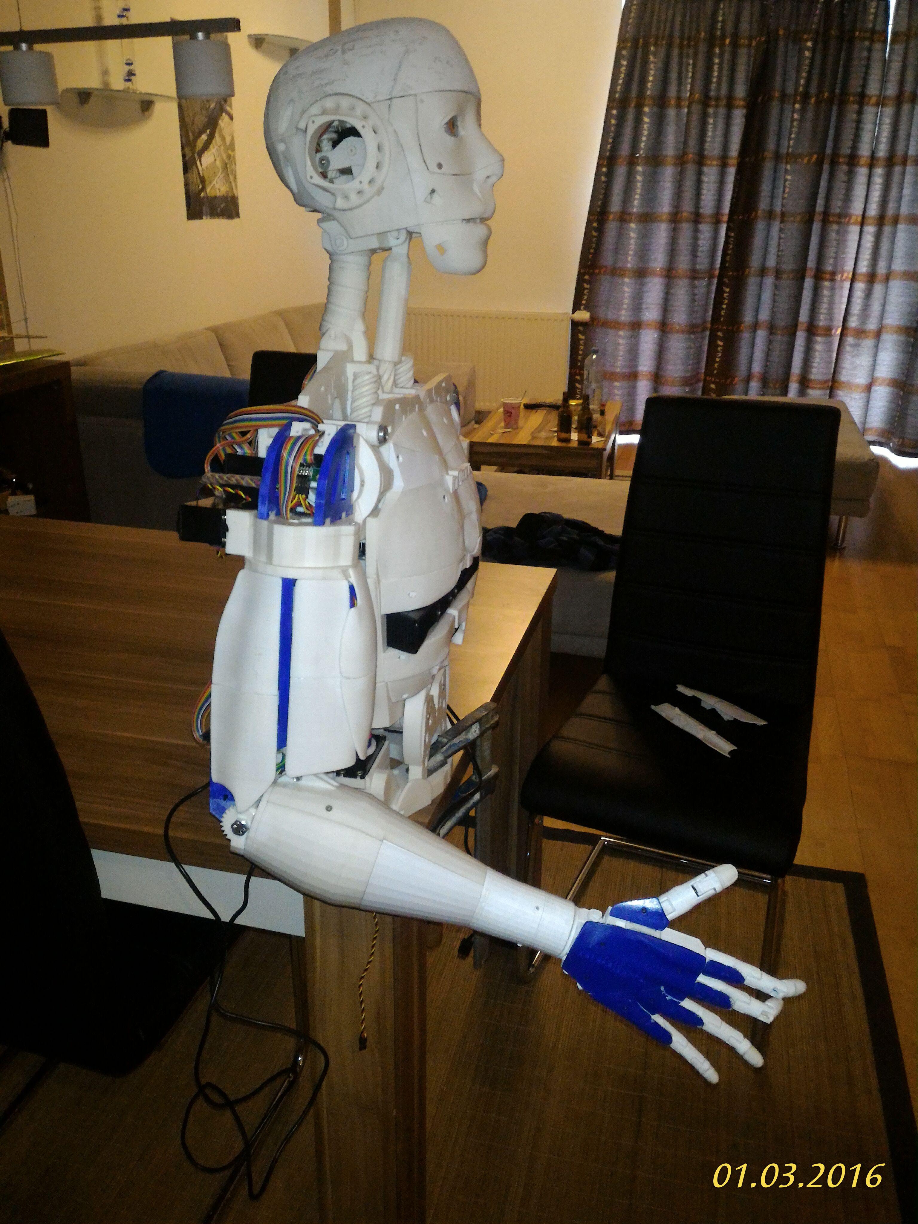 Roland Scharl druckt den Roboter aus Multec PLA-HT